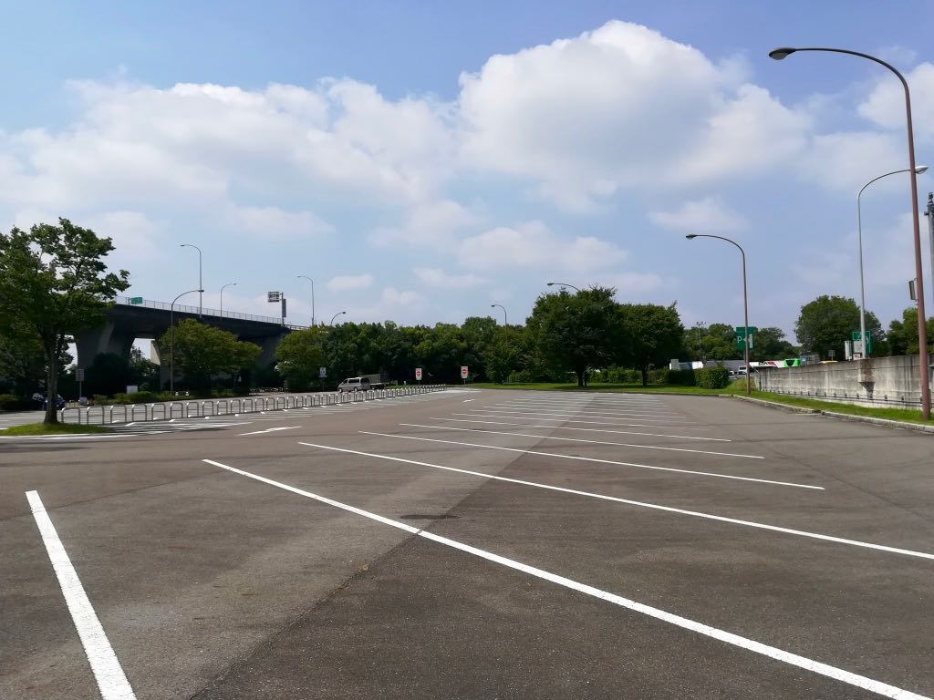 朝10時の川島パーキングエリアのアクア・トトぎふ側駐車場