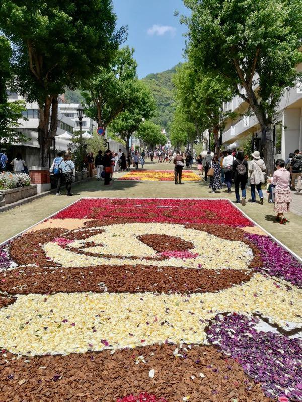 花と芝生と新緑と青空の北野坂_マルキの育児グッズブログ3