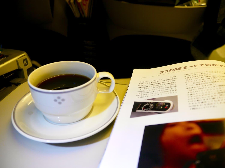 機内で雑誌とコーヒー