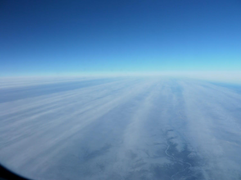 飛行機から見える空と筋状の雲