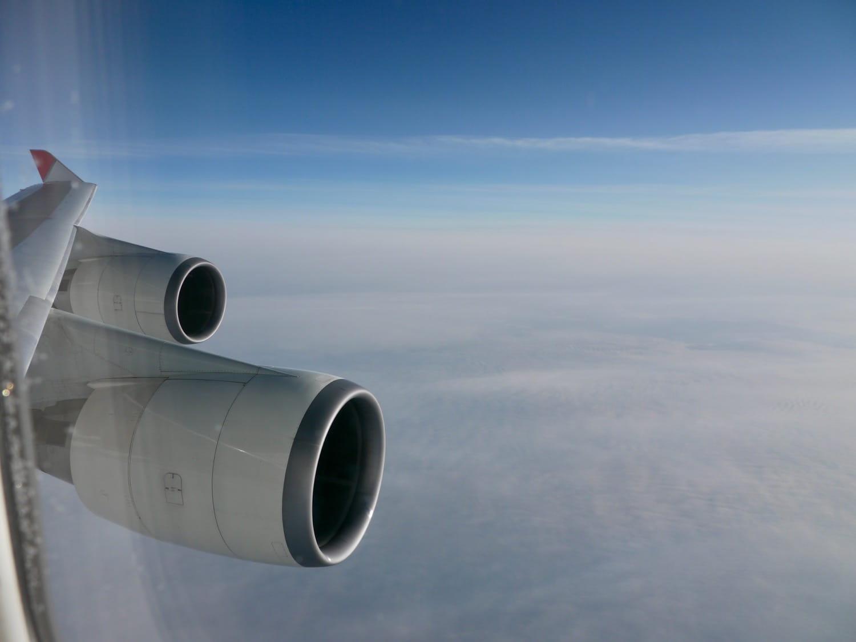 機内から見た飛行機のエンジン
