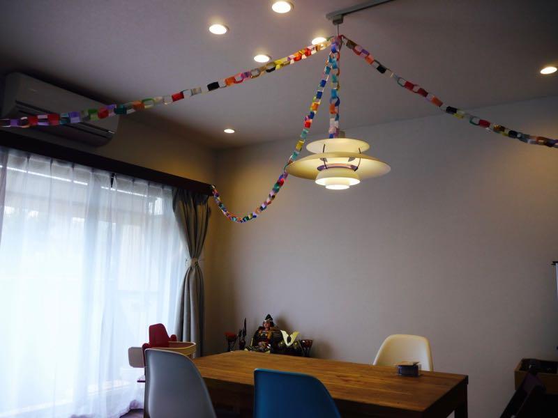 折り紙の輪飾り (チェーン)で、ケンの誕生日と子どもの日の飾り付けをしました。_3