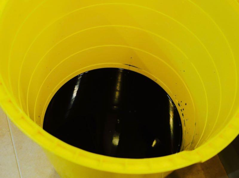 巨大バケツを使ってお湯6リットルにダイロンと塩を混ぜます