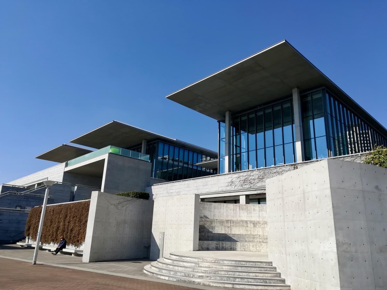 東側から見た兵庫県立美術館