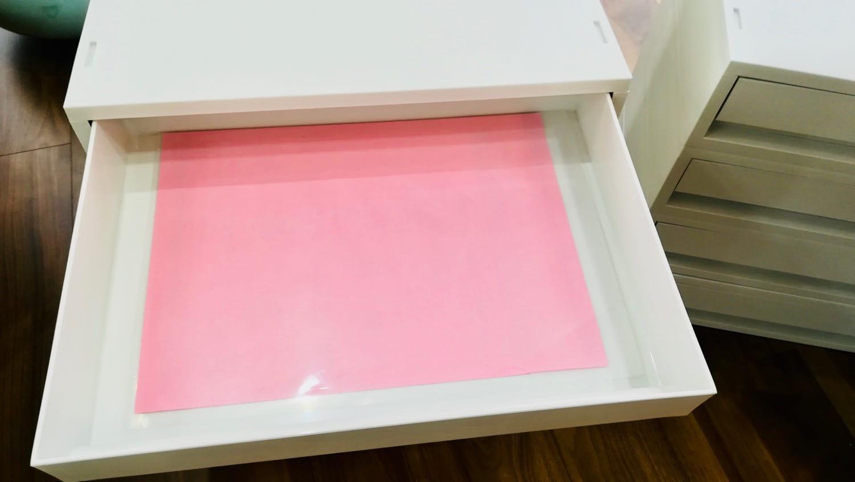 A4サイズのピンク色の紙をクリアファイルに入れて引き出しのトレイに置いてみます